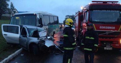 Acidente entre carro e micro-ônibus mata um e deixa 21 feridos em Soledade