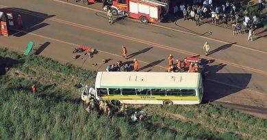 Dois mortos e crianças feridas em acidente frontal entre carro e ônibus escolar no DF