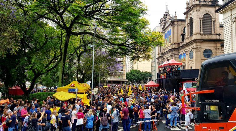 Professores anunciam greve e protestam contra o pacote de medidas do governo gaúcho