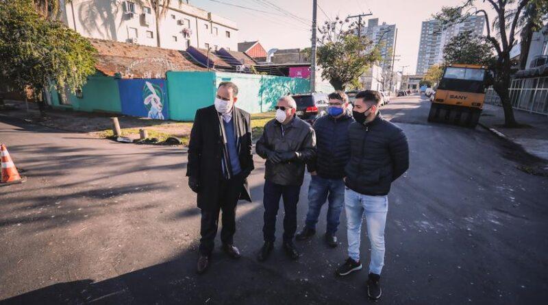 Ruas e avenidas de Porto Alegre começam a receber asfalto morno
